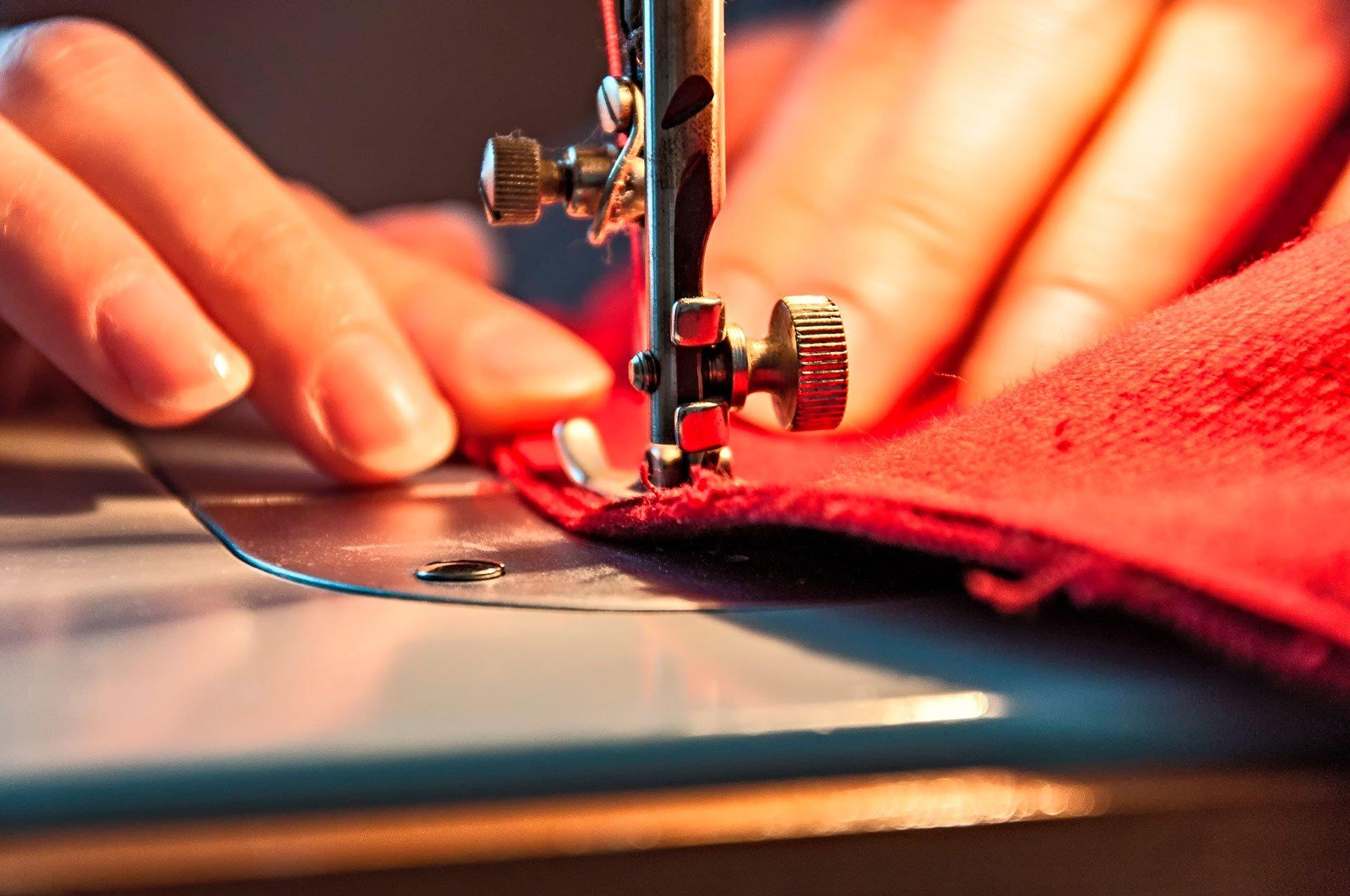 Quelle machine à coudre choisir pour des tissus épais ?